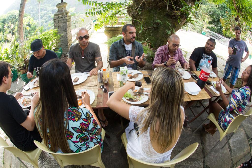 Fãs e ídolos almoçando juntos. Crédito: @MarcosHermes