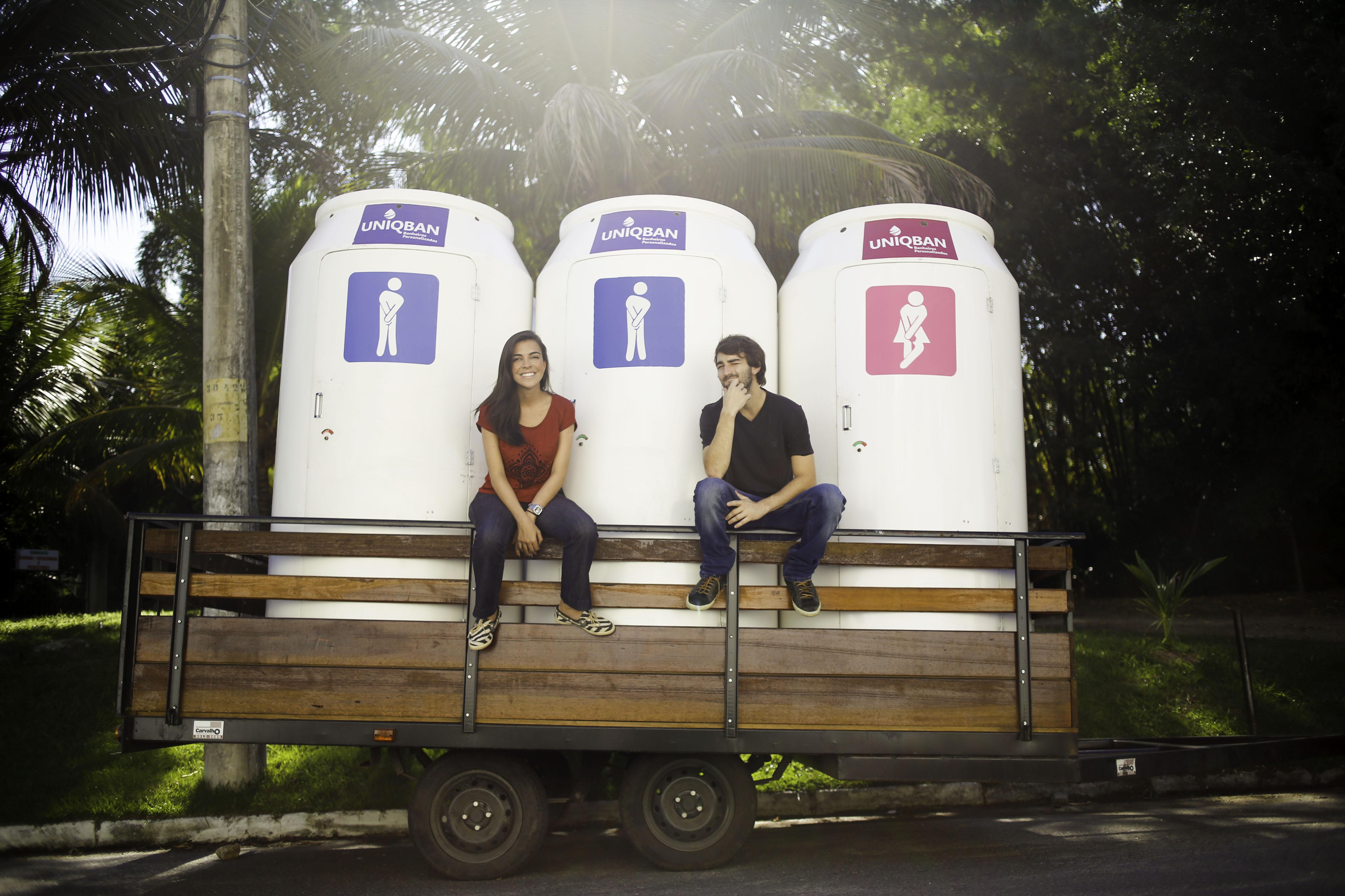 Maíra Blasi e Pedro Schulz -> Casal Carioca patentou primeiro banheiro químico personalizável do Brasil.