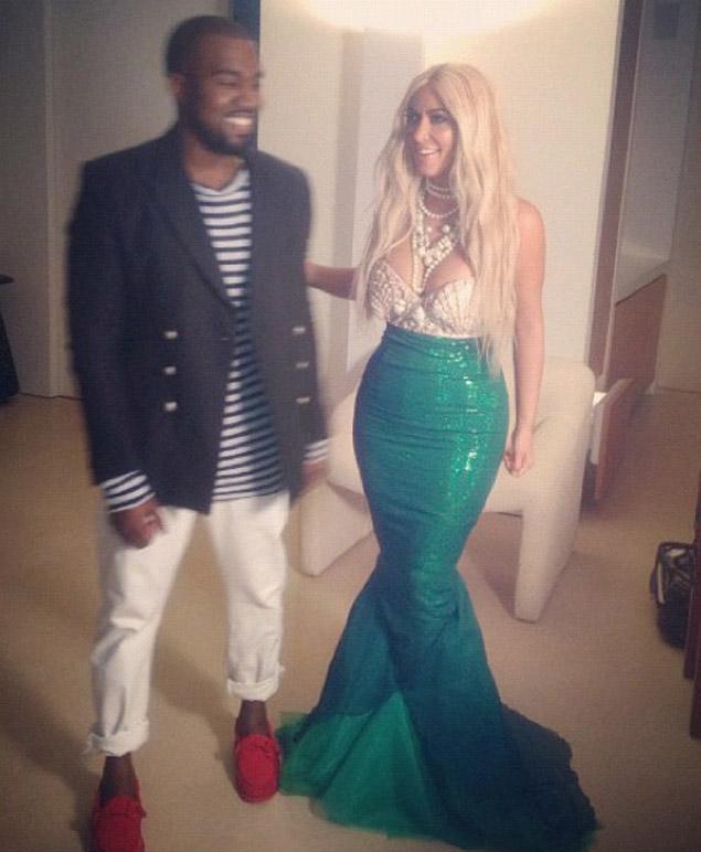 Kim Kardashian e Kanye West como sereia e marinheiro em 2012